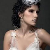 Фото свадебной прически на средние темные волосы со шляпкой.