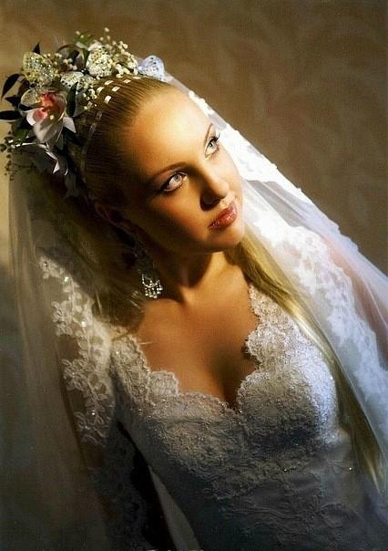 Фото свадебной прически со сложными вплетениями украшений.