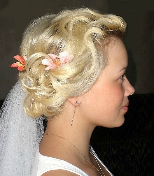 Фото прически на средние волосы с фатой, вид сбоку.