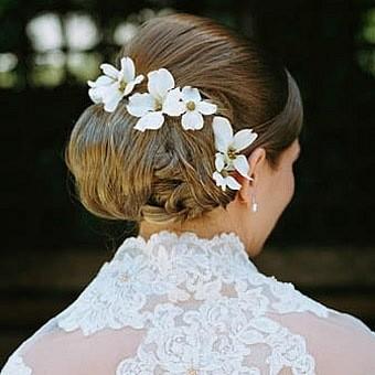 Фото прически с валиком и цветами. Вид сзади.