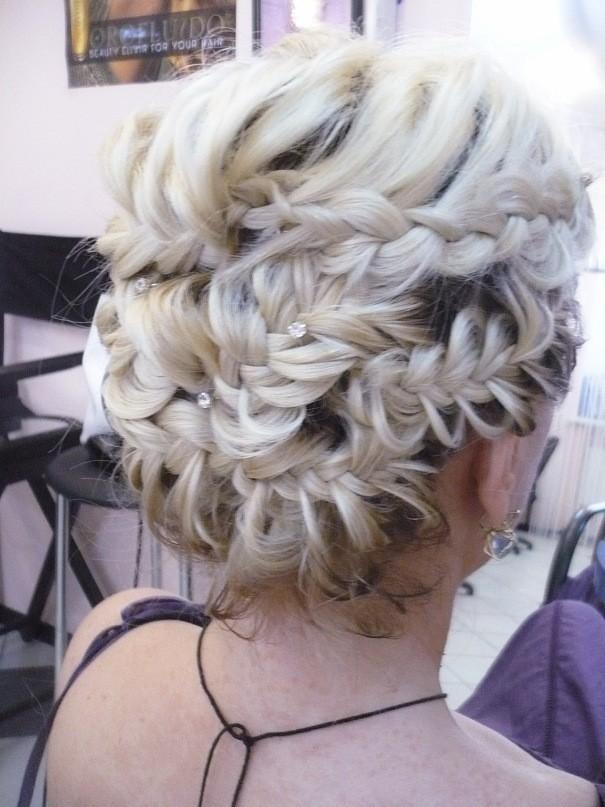 Переплетение кос в разных направлениях помогут сделать торжественный образ
