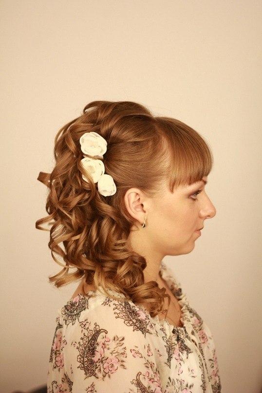 Фото ассиметричной прически с челкой на средних волосах.