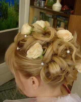 Фото высокой свадебной прически на светлые средние волосы. Вид сзади.