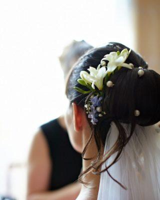 Фото свадебной прически в виде валика с фатой. Вид сзади.