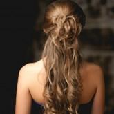 Элегантно заколотые волосы на затылке и ниспадающие локоны - нежно и роскошно