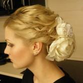 Фото свадебной прически с буктом белых роз. Вид сбоку.