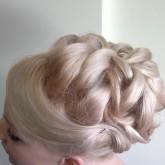 Фото плетеной свадебной прически на светлых волосах. Вид сбоку.