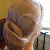 Фото простой высокой прически на светлых волосах с обручем. Вид сбоку.