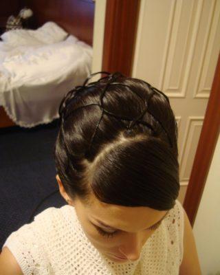 Фото свадебной прически на свредних темных волосах с плетением. Вид сверху
