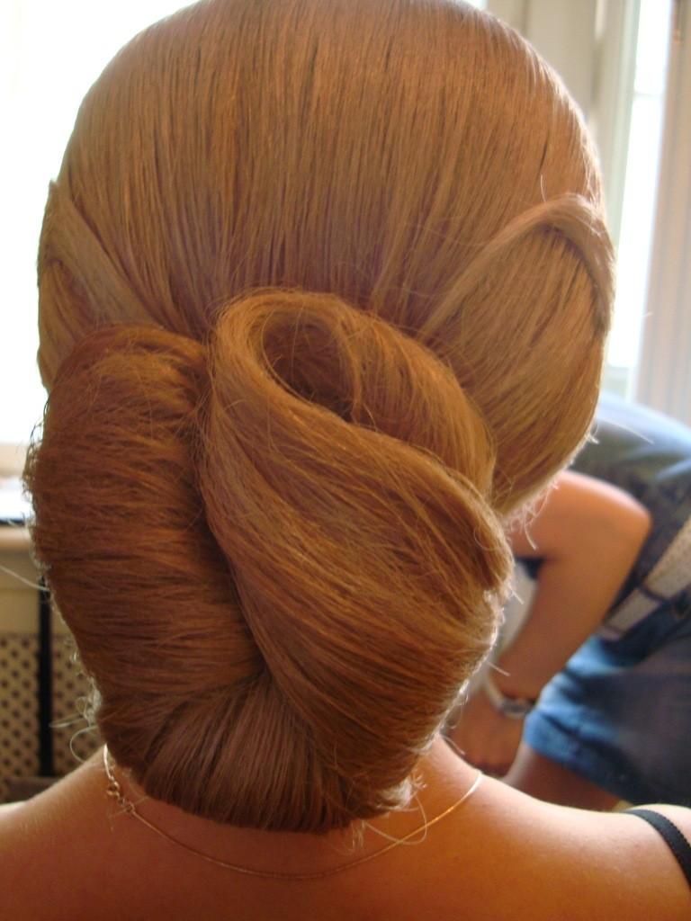 Фото простой высокой прически на светлых волосах с обручем. Вид сзади