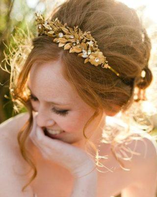 Фото прически с золотой диадемой.