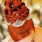 Фото рыжей прически с диадемой и жемчугом.