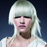 Фото стрижки с челкой на белых волосах. Вид спереди.