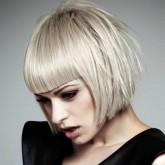 Фото каре с челкой на белых волосах. Вид сбоку.