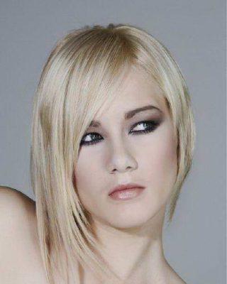 Фото асимметрической стрижки на белых волосах.