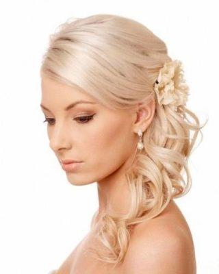 Фто прически из светлых волос с цветком. Вид сбоку.