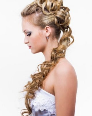 Фото свадебной прически с тонкими волосами. Вид сбоку.