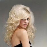 Фото прически на белых волосах с начесом. Вид спереди.