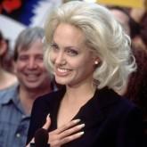 Кажется выбеленно-высединый цвет волос прибавляет лет Джоли