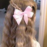 Фото распущенный волос с розовым бантиком. Вид сзади.