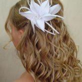 Фото распущенных волос с бантом-цветком. Вид сзади.