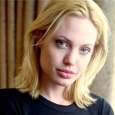 Блондинка Джоли здесь еще до ринопластики