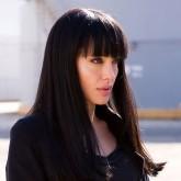 Черные волосы прекрасно подходят ее чувственным губам