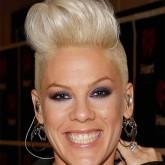 Pink - одна из знаменитых носительниц короткой стрижки с начесом
