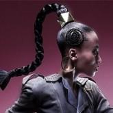 Конский хвост может быть заплетен в жгут или косу