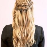 Прическа с таким видом плетения хорошо подойдет обладательнице длинных волос