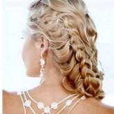 Ажурные косы, заплетенные набок, свойственны романтичным натурам
