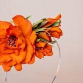 Ободок с оранжевым цветком хорошо впишется в прическу брюнеток