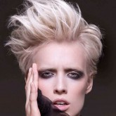 Короткие волосы выглядят стильно с использованием начеса