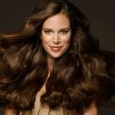Густые и послушные волосы красиво струятся крупными локонами
