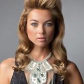 Крупные локоны помогут придать объем тонким от природы волосам