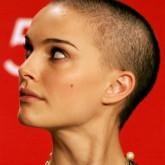 """Даже стрижка """"налысо"""" с едва заметным темным ежиком из волос идеально подходит актрисе"""