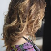 Плавный, едва заметный шатуш на струящихся по бокам волосах
