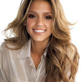 Более светлые оттенки волос Джесики выражают ее естественную красу.