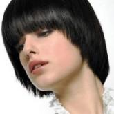 Стрижка шапочка идеально смотрится на темных волосах