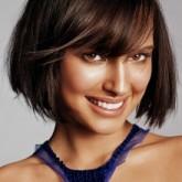Прямые волосы каре с ровной челкой подчеркивают правильные черты лица