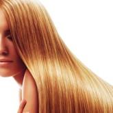 Превосходные гладкие волосы красиво отливают золотом