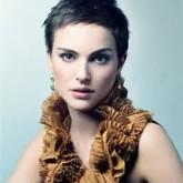 Короткие, слегка взъерошенные темные волосы - еще один элегантный образ актрисы