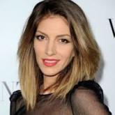 Более светлые концы волос красиво смотрятся на пышных коротких волосах