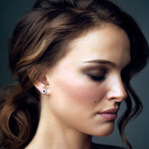 Романтичные локоны, собранные в нижний пучок с выпадающей прядью, несказанно идут актрисе