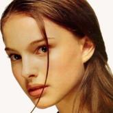 Слегка небрежные распущенные волосы придают невинный образ