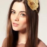 Отличный контраст светлого цветка  и темных гладких волос
