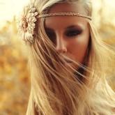Мягкие прямые волосы пшеничного цвета