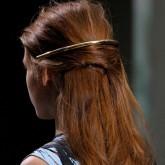 Показ Balenciaga показал, что можно носить ободок сзади