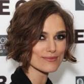 Короткие волнистые волосы отвлекают внимание от массивной формы лица