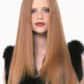 Прямой пробор и гладкие волосы не подойдут прямоугольному лицу